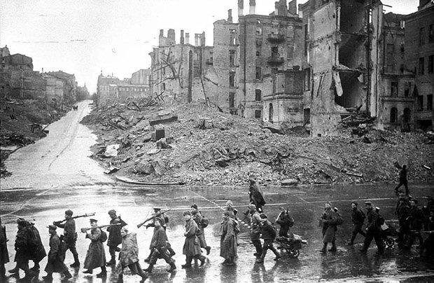 Советские войска проходят по ул. Крещатик, ноябрь 1943. На этой фотографии видно, в каком состоянии был центр Киева во время войны