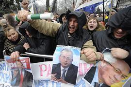 Две трети украинцев недовольны правительством - опрос