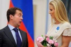 Медведев увлекся йогой и шведкой с татуировкой