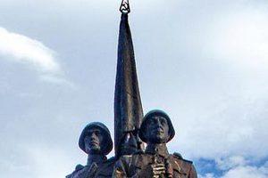 Литовский депутат предложил убрать серп и молот со скульптуры