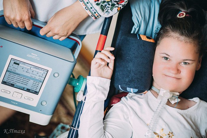 Подопечная львовского детского мобильного хописа 14-летняя София в яблочном саду своего дома