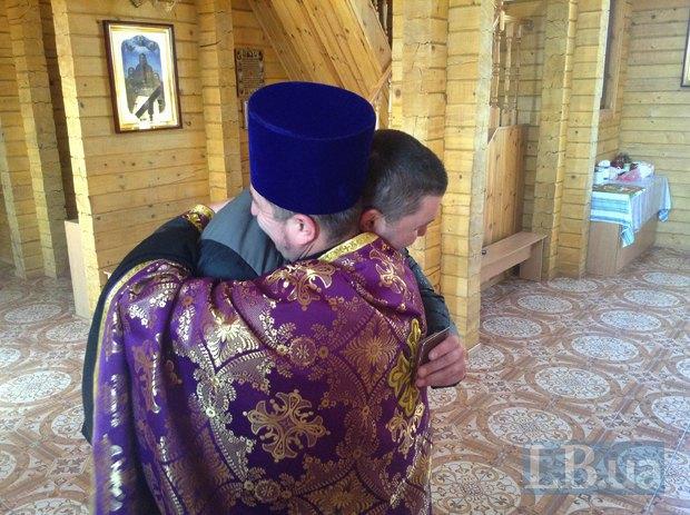 Отец дмитрий наградил Диброва медалью