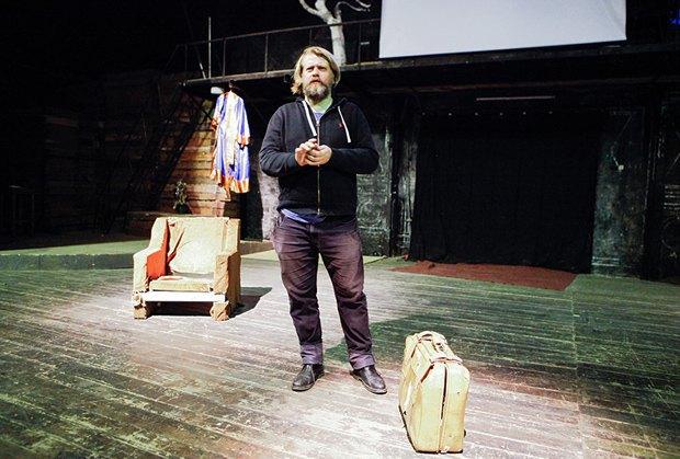 Режисер Георг Жено на сцені Театру переселенців, який вони заснували разом з Ворожбит