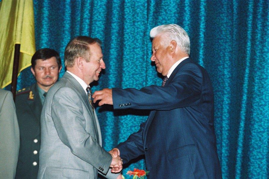 Президенти Леонід Кучма і Борис Єльцин підписали угоду між Україною і Російською Федерацією щодо Чорноморського флоту, 9 червня 1995 року .
