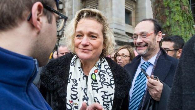 Дельфіна Боель зі своїм адвокатом після чергового судового слухання. Лютий 2017 року