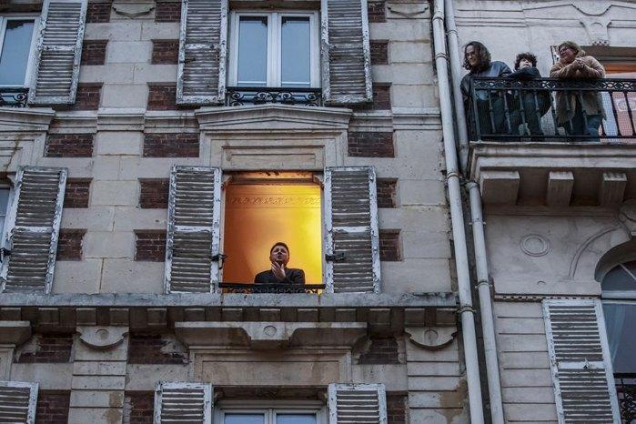 Французький співак-тенор Стефан Сенешаль співає з вікна для мешканців своєї вулиці в Парижі, 21 березня 2020.