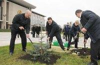 Лукашенко посадил деревья к приезду глав СНГ