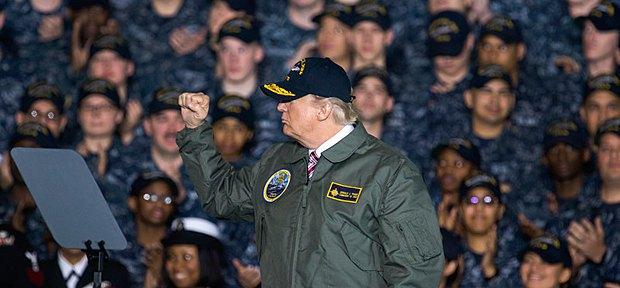 Трамп выступает перед моряками в Ньюпорт-Ньюс, 02 марта 2017 года.