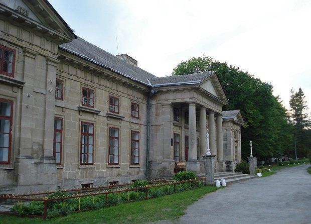 Главный фасад дворца в имении Орловских