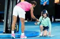 Надаль страшно испугался, когда на Australian Open попал девочке мячом в лицо, а после поцеловал и извинился