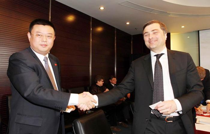 Ван Дзінь та віце-прем'єр-міністр РФ Владислав Сурков під час зустрічі у Пекіні, 23 березня 2012.