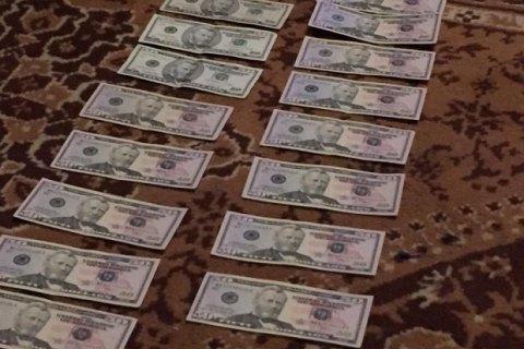 У Києві поліцейський попався на хабарі в $ 3,5 тис.