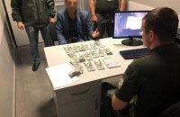 """Росіянин за хабар намагався """"викупити"""" товариша у прикордонників в аеропорту Одеси"""
