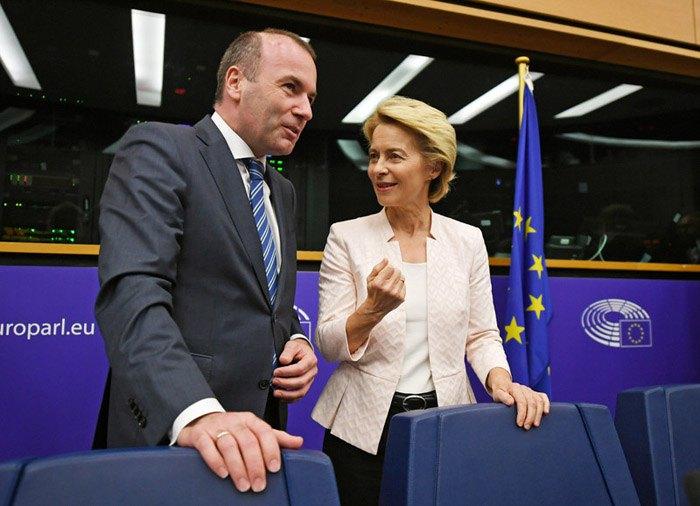 Манфред Вебер и Урсула фон дер Лейен перед началом встречи c главами фракций в Европейском парламенте, Страсбург, Франция, 3 июля 2019.