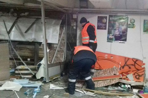 """У підземному переході біля станції метро """"Майдан Незалежності"""" почали зносити кіоски"""