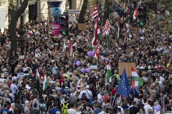 Тисячі угорців вийшли наакцію протесту проти Орбана