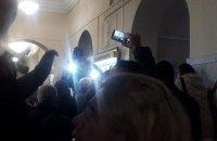 """Інвестори ЖК """"Перлина Троєщини"""" влаштували бійку в Київраді (оновлено)"""
