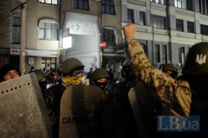 МВС: активісти пошкодили бензобак і зняли номери з міліцейського авто під Подільським райсудом