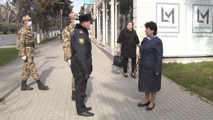 Полицейские общаются с гражданами на улице, в связи с тем, что людям старше 65 лет запрещено выходить на улицы