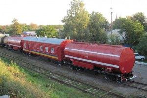 Нефтебазу под Киевом начали тушить при помощи пожарного поезда