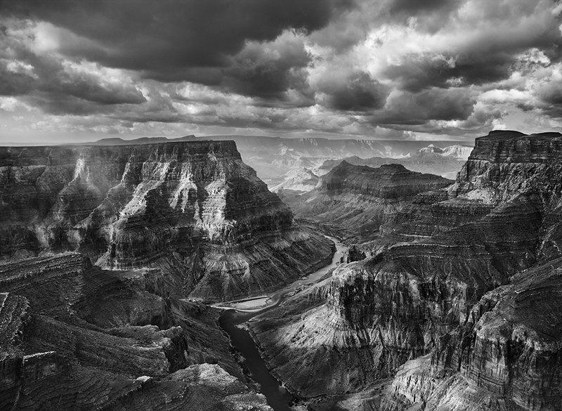 Вид на слияние рек Колорадо и Малое Колорадо со стороны Навахо. Национальный парк Гранд-Каньон начинается после пересечения этих рек. Аризона. США. 2010
