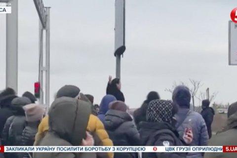 """В Одессе работники рынка """"7-й километр"""" устроили протест из-за карантина выходного дня"""