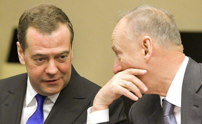Заместитель Председателя Совета Безопасности Дмитрий Медведев и Секретарь Совета Безопасности Николай Патрушев (справа) во время совещания Совбеза.
