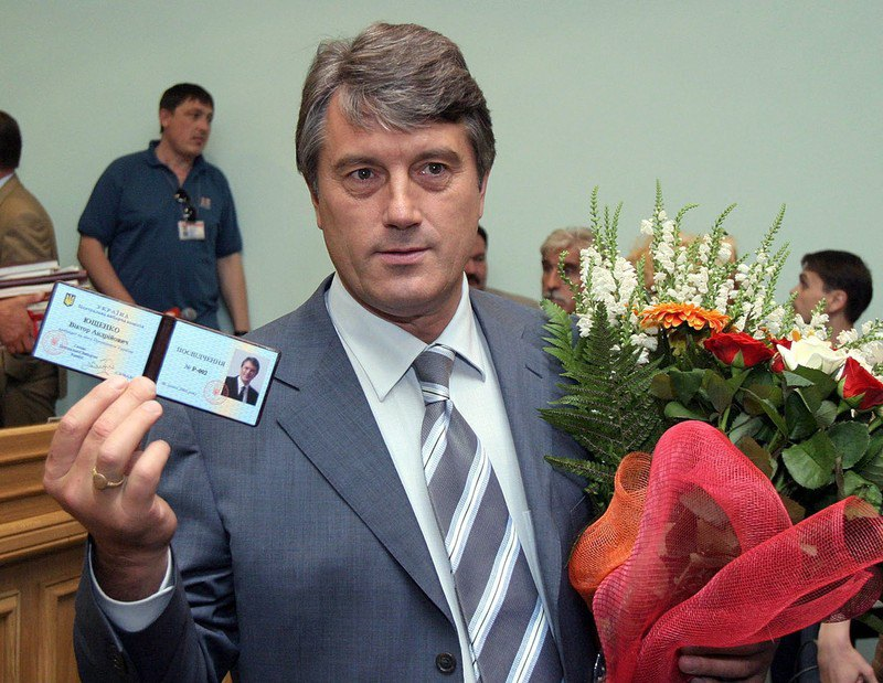 Лідер опозиції Віктор Ющенко після реєстрації кандидатом у президенти України в ЦВК, Київ, 6 липня 2004 року.