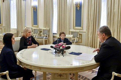 Порошенко встретился с семьей Сущенко в день его рождения