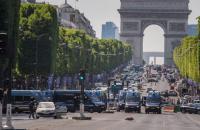 В центре Парижа автомобиль протаранил полицейский фургон (обновлено)