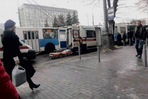 Троє пасажирів тролейбуса постраждали через розрив колеса у Вінниці