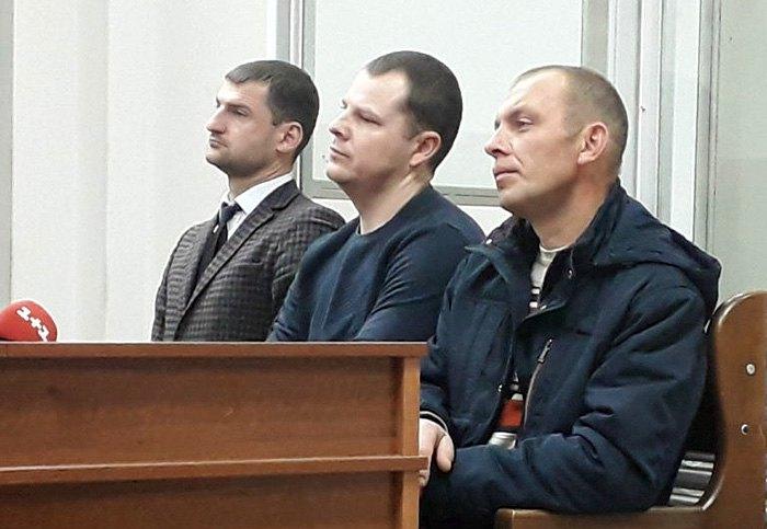 Зліва направо: адвокат Віталій Кучер, обвинувачені Віктор Ейсмонт та Володимир Мохонь, Шевченківський районний суд, Київ, 27 листопада 2018