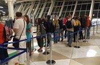 Евакуйовані з Непалу українці проходять паспортний контроль у Баку