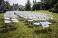 Перед посольством РФ у Гаазі встановили 298 порожніх крісел на пам'ять про загиблих пасажирів МН17