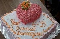 Учительницу харьковской школы уволили из-за скандала с тортом