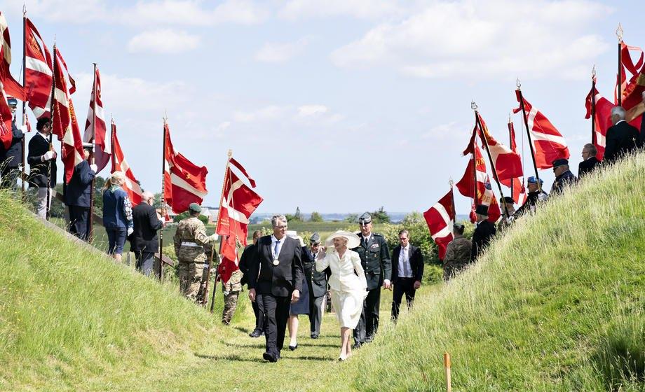 Датська королева Маргрете (у центрі) та гості на церемонії з нагоди 100 -річчя демаркації кордону між Данією та Німеччиною в Конгескансені, 13 червня 2021 року. Святкування мало відбутися у 2020 році, але було перенесено через пандемію коронавірусу.