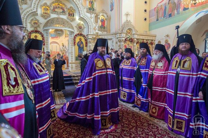 Епископ Гедеон (в центре) во время Литургии в храме Рождества Пресвятой Богородицы
