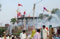 В давке возле индийского храма погибли более 70 человек