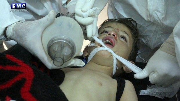 Медики борются за жизнь ребенка после химатаки в сирийском Хан-Шейхун
