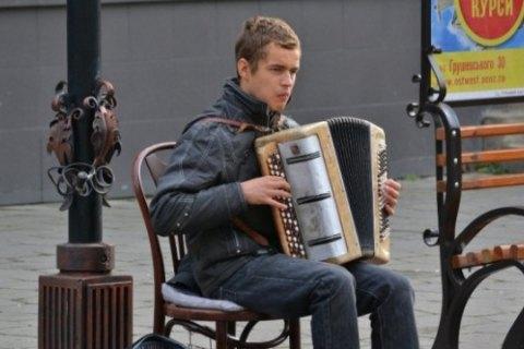 У Луцьку у незрячого музиканта просто на вулиці вкрали баян