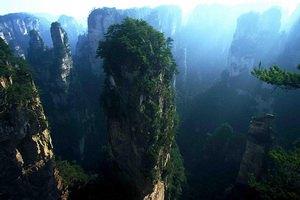 В китайских горах открыли стеклянную тропу над пропастью