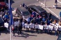 Посольство ЕС пикетируют титушки