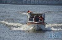 В Киеве спасатели достали со дна Днепра затонувший катер