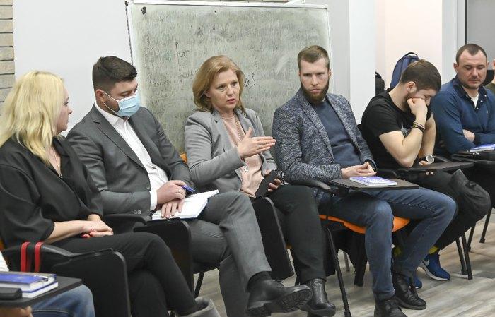 Юлия Лапутина и Александр Порхун (слева от нее) во время встречи с ветеранами