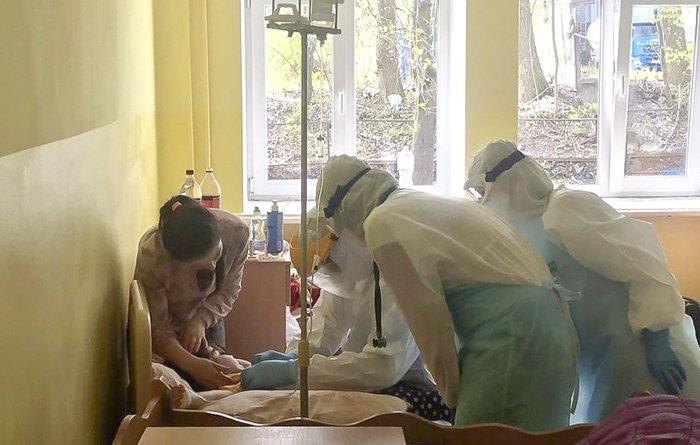 Медики Тернопільської міської дитячої лікарні надають допомогу дитині, хворій на коронавірус