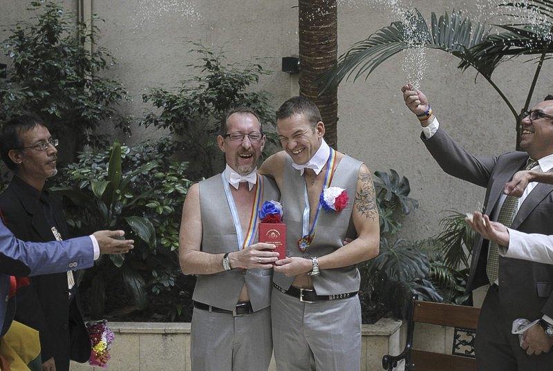 Российская гей-пара Александр и Дмитрий во время церемонии бракосочетания в Буэнос-Айресе, 25 февраля 2014. Аргентина стала первой страной в мире, где туристы нетрадиционной ориентации могут официально вступить в однополый брак.