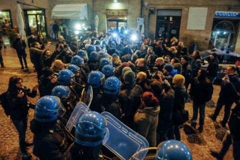 В Італії поліція силою розігнала несанкціонований мітинг ультраправих