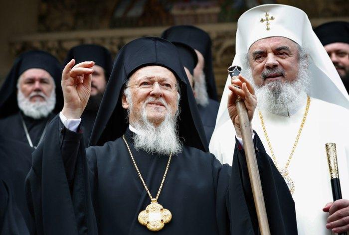 Вселенский Патриарх и архиепископ Константинопольский Варфоломей I (слева)