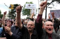 Противников Саакашвили под парламентом не разогнал даже ливень