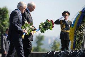 Азаров возложил цветы к могиле Петра Столыпина